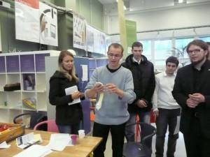 Eestlased 2008. aastal foorumil Soomes. Karl Haljasmets tutvustab oma grupi loodud padi-maseerijat, mis aitab koolielu mugavamaks muuta
